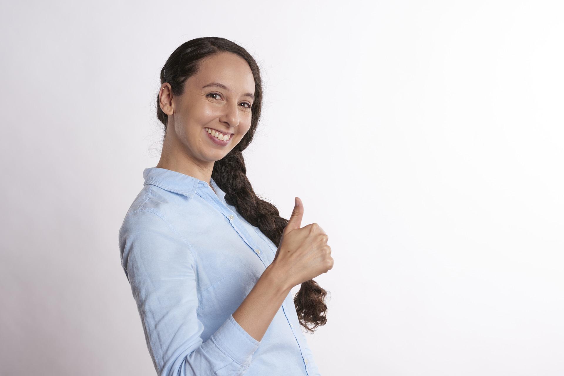 kvinde med tommelfinger op