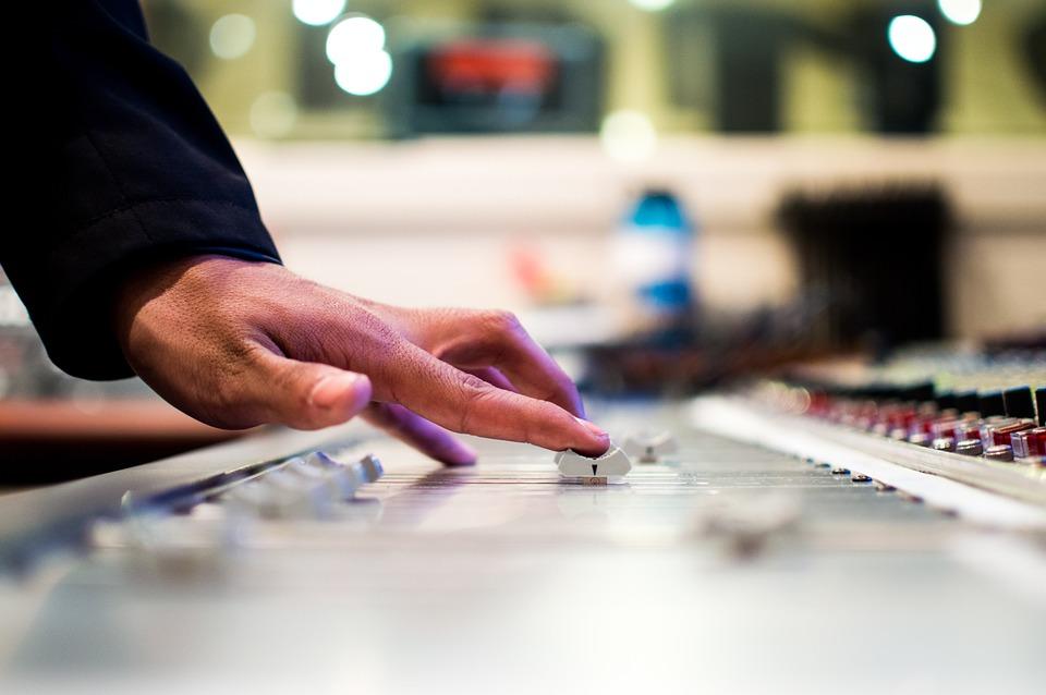 DJ spiller musik