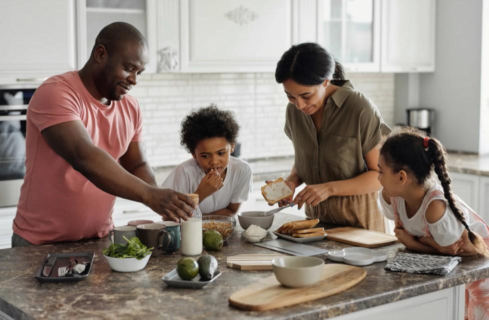 familie laver mad sammen