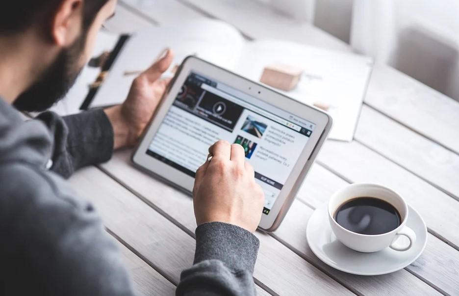 Mand med kaffe og blog