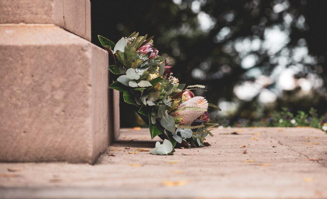 Vælg de rette blomster til afskeden